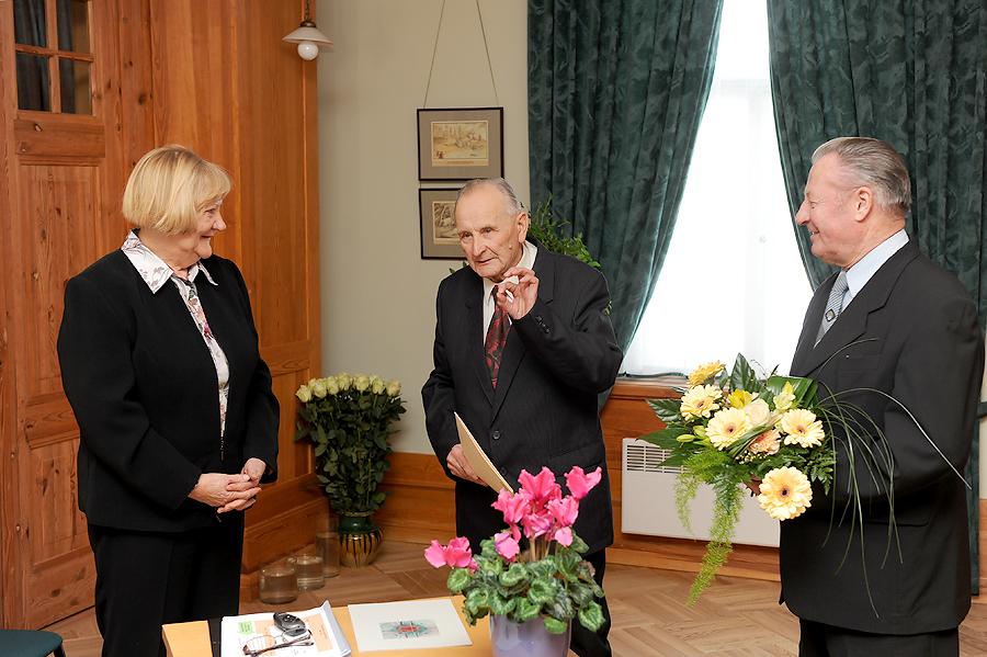 TMR direktore Anna Jurkāne un Turaidas muzejrezervāta Atbalsta biedrības valdes locekļi Aivars Janelsītis un Juris Čivčs