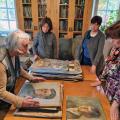 Mākslas zinātniece Ingrīda Burāne, izvērtējot Aivara Īzāka darbu kolekciju Turaidas muzejrezervāta krājumā