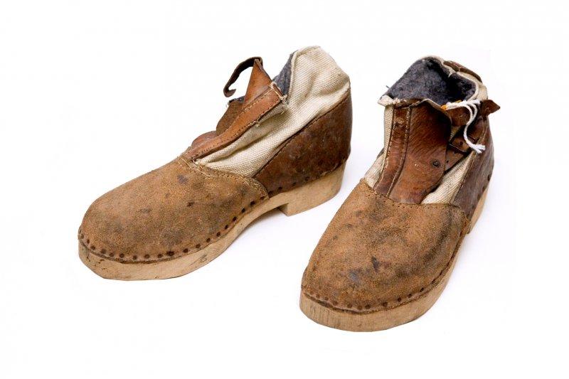 Dzelzceļnieku zābaki, valkāti II pasaules kara laikā. Koka zole, ādas un auduma virsējā daļa ar divām sprādzēm. SM 5290