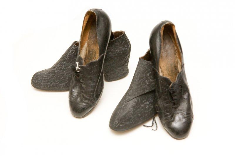 Kurpes un gumijas zābaki ar papēža iedziļinājumu, slapjā laikā uzvelkami uz kurpēm. TMR 25485