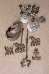 Līvu sievietes rotas, 13. gadsimts. Atrastas arheoloģiskajos izrakumos Turaidas Baznīckalna viduslaiku kapsētā.