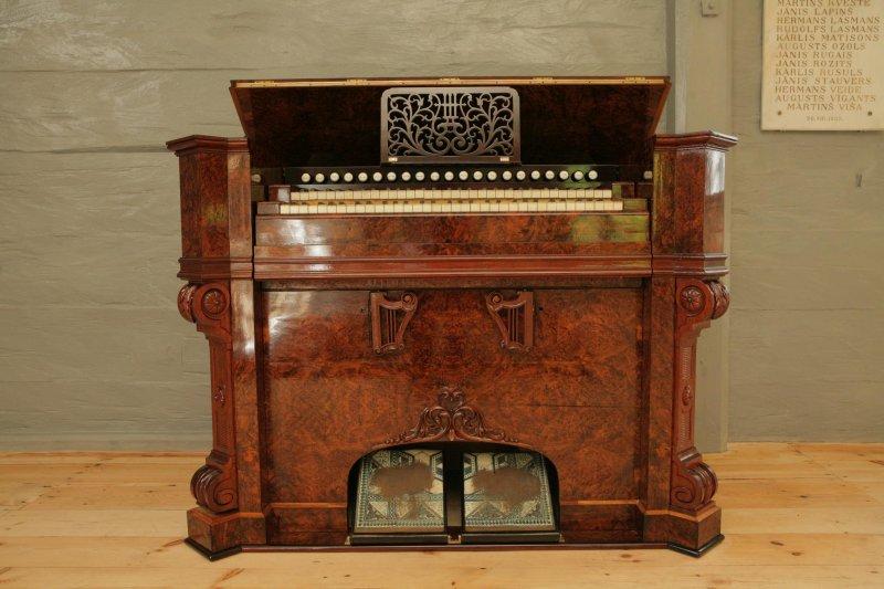 Turaidas baznīca.Harmonijs, 19.gs., Vācija. Izgatavots firmā J&P Schiedmayer. Riekstkoks