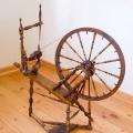 Vērpjamais ratiņš no masīva bērza koka ar smalki profilēti izvirpotām detaļām, gatavots 19. gadsimta otrajā pusē. TMR 25103