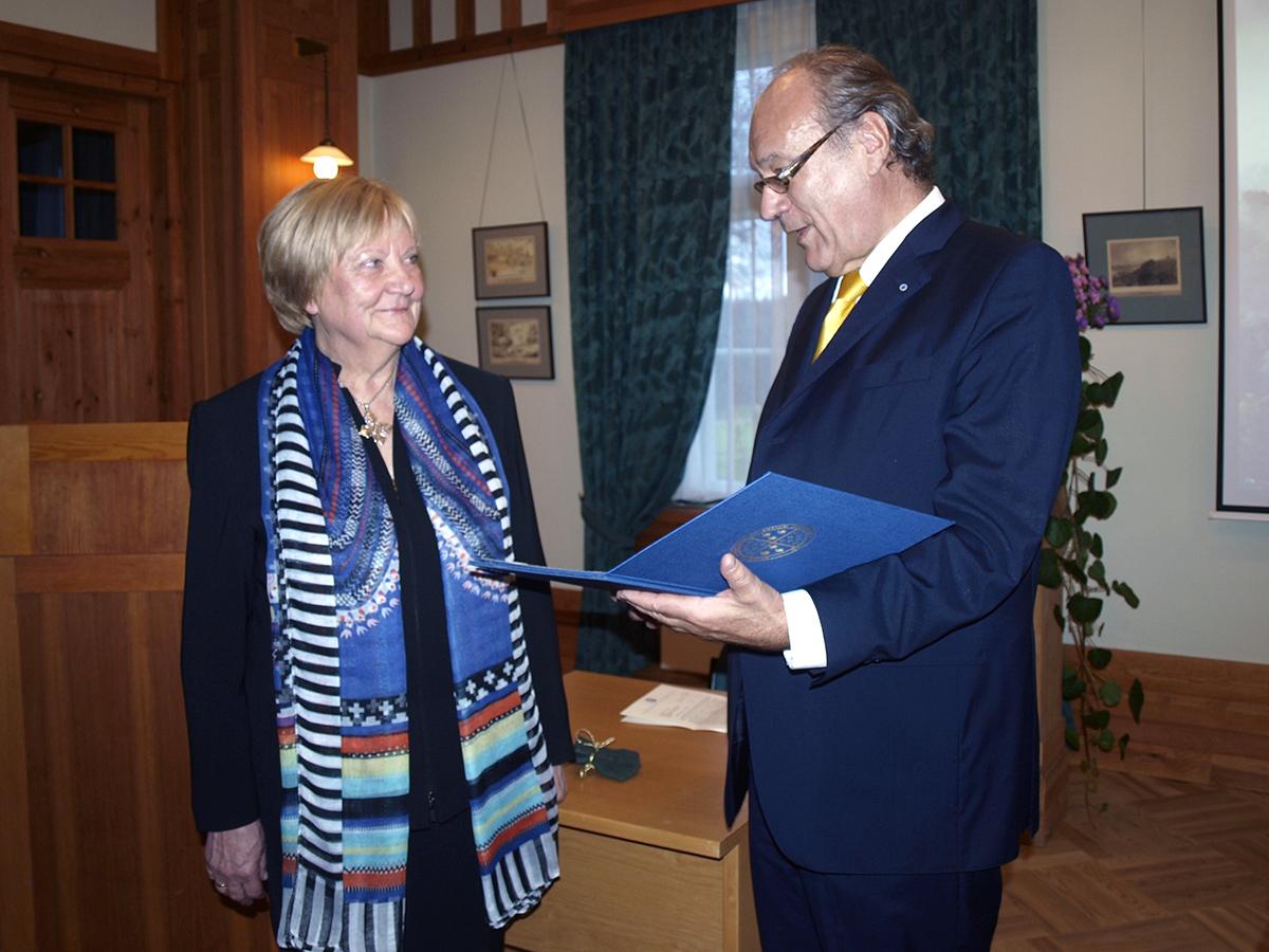 No labās: Fēliks Ungers, Eiropas zinātņu un mākslas akadēmijas prezidents un Anna Jurkāne, Turaidas muzejrezervāta direktore