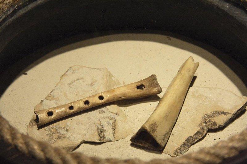 Kaula stabulīte un kaula svilpīte. Atrastas arheloloģiskās izpētes laikā Turaidas pilskalnā. 13.gs.