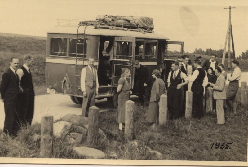 Satiksmes autobuss ar pasažieriem uz Rīgas – Raganas – Straupes ceļa 1935. gadā, TMR 20613