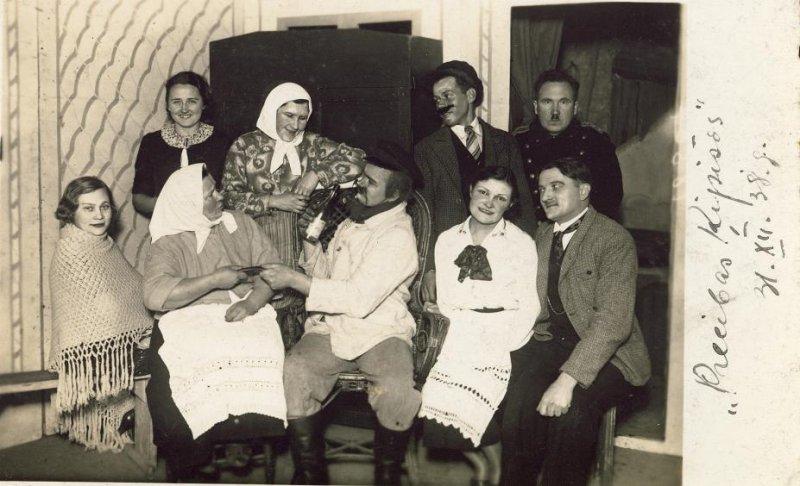 """Siguldas teātra aktieri pēc lugas """"Precības Ķipīšos"""" 1938. gada 31. decembrī, SM 4576"""