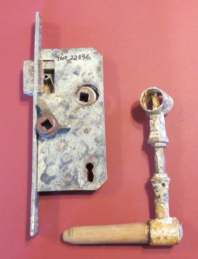 Turaidas muižas Dārznieka mājas durvju slēdzenes mehānisms ar rokturiem. TMR 22896