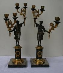 Dekoratīvi divžuburu svečturi ar Sv. Maurīcija figūrām