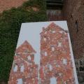Pasākuma viesu veidotie pils torņi no māla lauskām