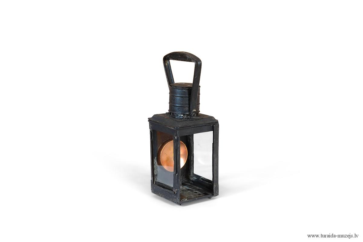 Sveču lukturis ar atstarojošu elementu, darināts 20. gadsimta sākumā. SM plg 2561