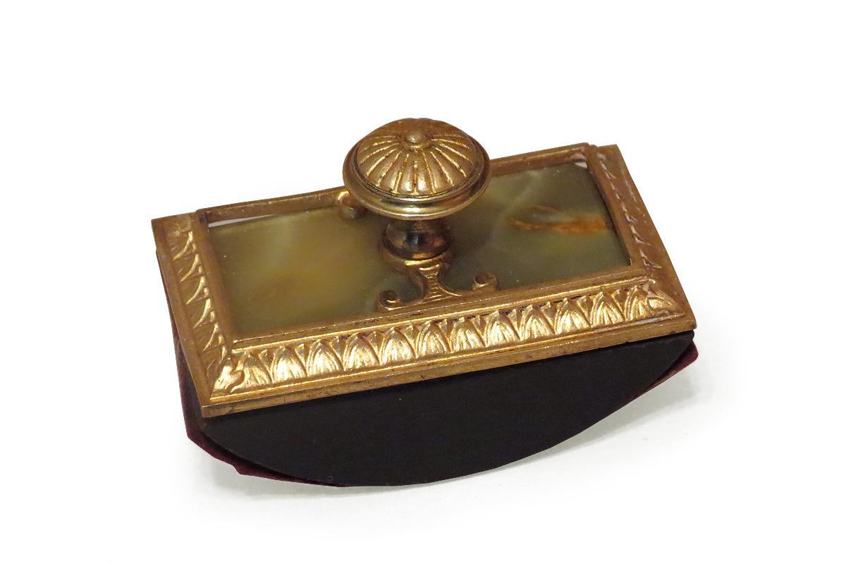 Manierisma stilā darināta tintes nospiežamā prese ar bronzas rokturīti. TMR 26563