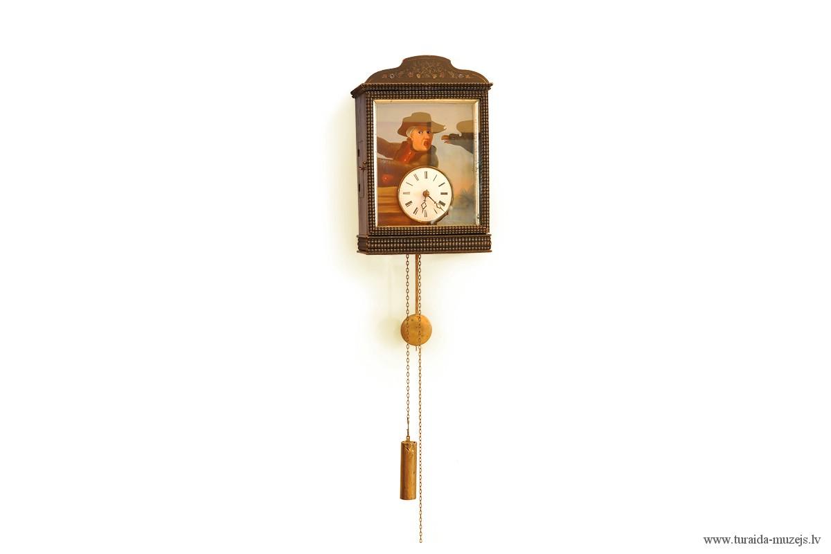 Pulkstenis melni krāsota koka korpusā. Lietojis Lēdurgas ārsts Girgensons 19. gadsimta beigās. SM 3813