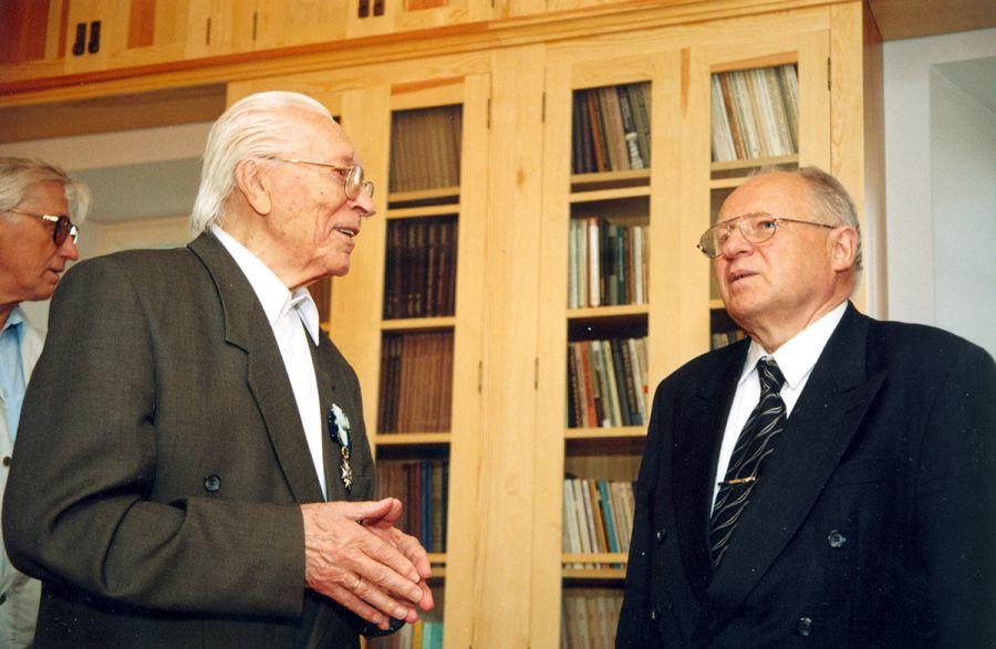2003. gada 23. augusts Arheologs Jānis Graudonis un akadēmiķis Jānis Stradiņš atklājot Jāņa Graudoņa bibliotēku muzejrezervāta krājuma ēkā