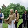 """2004. gada 12. jūnijā Akadēmiķis Jānis Stradiņš Turaidā piedalās tēlnieka Induļa Rankas veidotās skulptūras – veltījums Tibetas kultūrai """"Kraukļa spārns – dārgumu krātuve"""" atklāšanā"""
