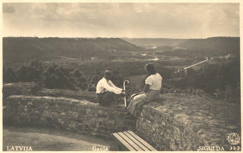 Fotopastkarte ar 1936.g.19.novembrī atklāto skatu vietu pils galvenajā tornī