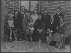"""Ertneru dzimta Siguldas pagasta """"Ruļļos"""" ap 1931.gadu. Fotografējis O.Lesiņš, fotogrāfija no Turaidas muzejrezervāta krājuma"""