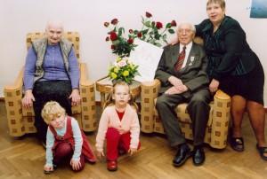 Jānis Graudonis ģimenes lokā. No kreisās: sieva Hildegarde, meita Rasa un mazmazmeitiņas: Sigita un Katrīna. 2003. gads