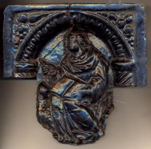 Melni glazētais XVII gs. podiņš (TMR 25924/001). Pirms restaurācijas