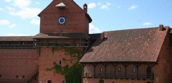 Turaidas mūra pils Rietumu korpuss un Lielais pusapaļais tornis