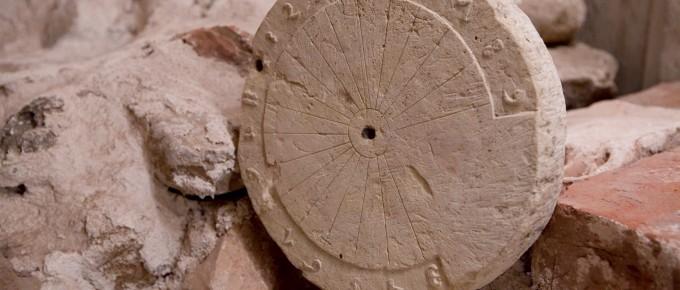 Saules pulkstenis, atrasts Turaidas pils arheoloģisko izrakumu laikā 1981. gadā