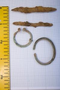 Dzelzs nazīši un bronzas pakavsakta pēc formas līdzīga Gaujas lībiešu 11.-13. gadsimta darinājumiem. Bronzas aproces šaurā forma izskatās senāka – tā varētu būt darināta 10. gadsimtā. Precīzāks senlietu datējums būs iespējams pēc to konservācijas. Alberta Linarta foto