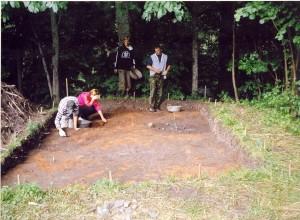 Siguldas novada jaunieši strādā Sateseles pilskalna 1. izrakumu laukumā 2005.gadā. Foto: A.Linarts