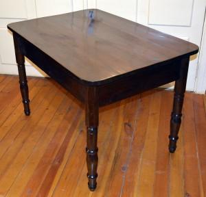 19. gadsimta otrajā pusē darināts galds ar virpotām kājām, pārklāts ar šellaku