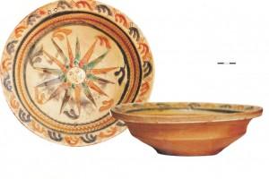 Turaidas pils arheoloģiskajā izpētē atrasts māla šķīvis ar saules gleznojumu centrā. 17./18/ gs.
