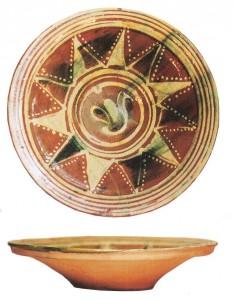 Turaidas pils arheoloģiskajā izpētē atrasts māla šķīvis ar gulbja atveidu saules diska vidū. 17./18. gs.