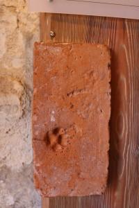 Ķieģelis ar kaķa pēdas nospiedumu. Atrasts Turaidas pilī