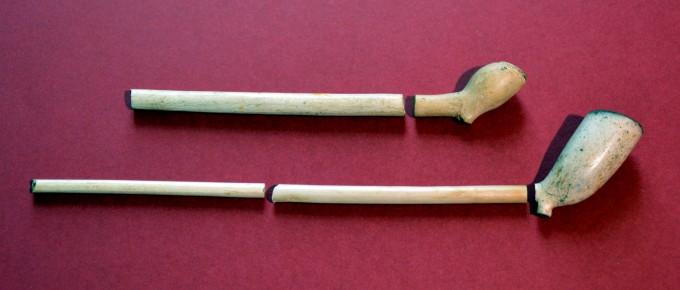 Viena no senākajām baltmāla pīpēm ar mazu galvu un resnu kātu (17.gs. pirmā puse) un jaunākā ar lielu galvu (18.gs.)