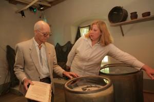 """Iepazīstot ekspozīciju """"Gaujas lībieši Latvijas kultūrvēsturē"""" 2010. gadā kopā ar Krājuma un ekspozīciju daļas vadītāju Viju Stikāni"""