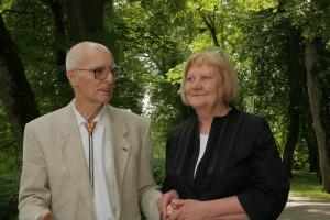 Vilhelms Līvens un Turaidas muzejrezervāta direktore Anna Jurkāne 2010.gadā Turaidā