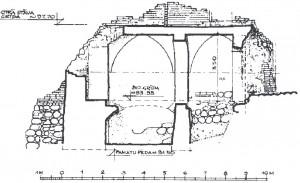 Dienvidu korpusa drupu garengriezums – skats uz rietumu sienu. Katrā travejā iezīmēts velvju pieres loks, kuru veido smailarka. G. Jansons uzmērojums 1980. gadā