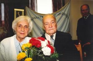 Eduards Stauvers ar meitu Maiju Zālīti savā 87 gadu jubilejā Latviešu Virsnieku apvienības mītnē. 2001. gads