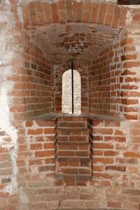 Logs ar romānisku pusaploces pārsedzi Turaidas galvenā torņa ceturtajā stāvā