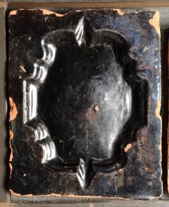 Turaidas pils drupās atrasts krāsns podiņš ar barokāla pildiņa motīvu. 18. gs. pirmā puse