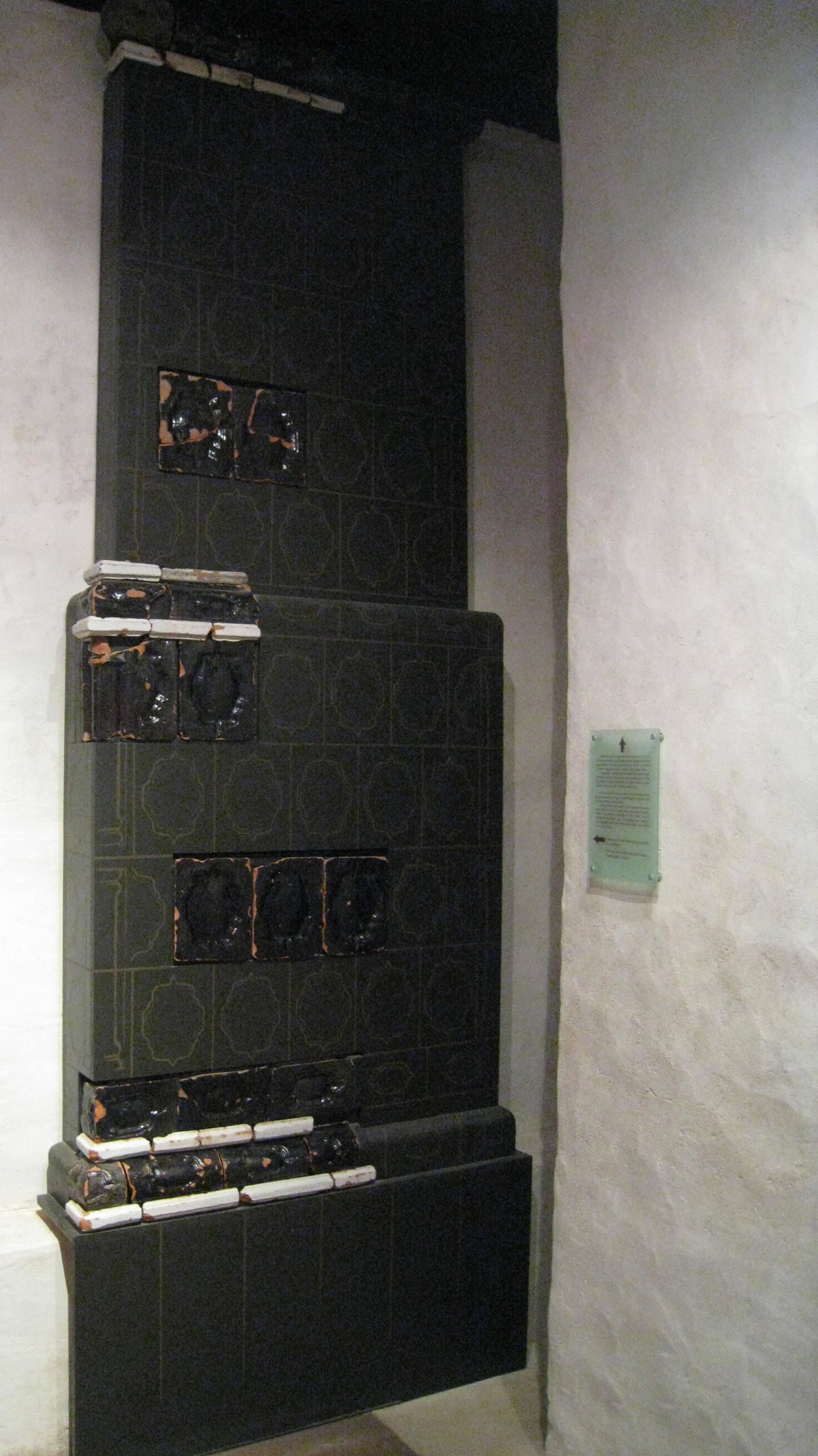 No 18. gs. pirmās puses krāsns podiņiem veidots baroka stila krāsns atdarinājums Turaidas pils Rietumu korpusa ekspozīcijā