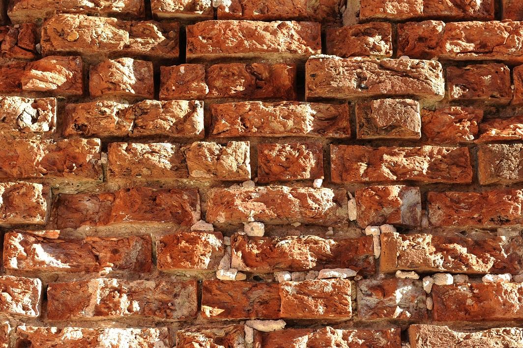 Ķieģeļi galvenā torņa mūrī