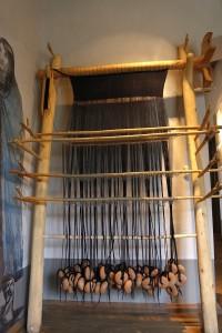 Vertikālie aužamie stāvi ar četrnīšu trinītī austo vilnas audeklu