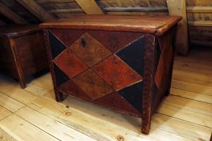 Pūra lāde. Gatavota no dēļiem statņu konstrukcijā sastiprināta ar koka tapiņām.  Darināta 19. gs. I pusē.  TMR15955