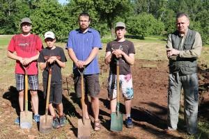 Siguldas novada skolēni un muzejrezervāta speciālisti uzsākot darbus