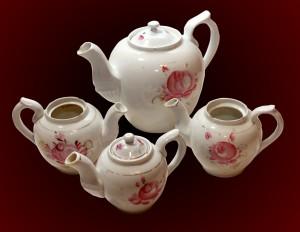 """Tējkanna, iegūta 2015. gadā no A. Niedras Turaidā un tējas stipruma kanniņa iegūtas 1977. gada ekspedīcijā pa ZPS Krimulda"""" teritoriju ( pirkta ap 1910. gadu un lietota Krimuldas c. """"Meijās"""" līdz 1950.-tajiem gadiem) un divas kanniņas iegūtas no  Baibas Veisas Siguldā 2012. gadā)"""