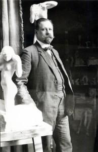 Jūlijs Jaunkalniņš tēlnieka Gustava Šķiltera darbnīcā. Ap 1910.  Foto no LU Akadēmiskās bibliotēkas