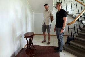 """SIA """"Mēbeļu restaurācija"""" darbinieki: pirmais no kreisās restaurators Uldis Līcītis, otrais - darbnīcas vadītājs Arnis Kalējs"""