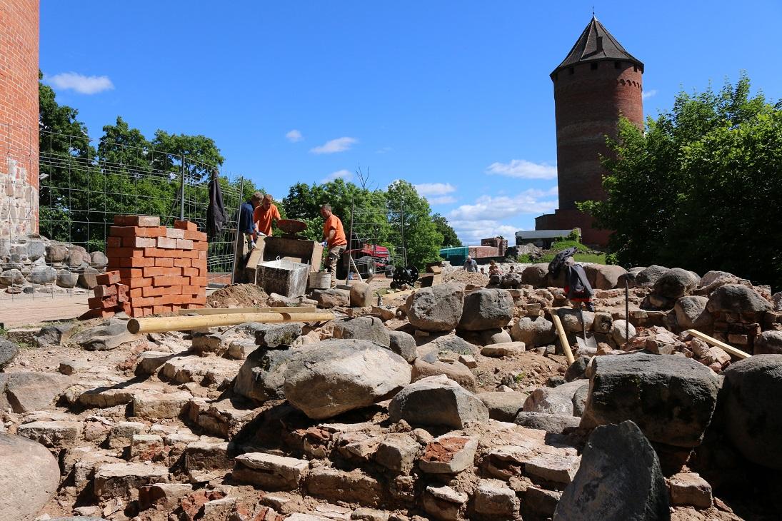 Turaidas pils ziemeļu priekšpils vārtu torņa aizsargkārtas atjaunošanas darbu process