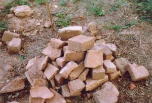 Izrakumu laikā atrastās būvkeramikas tipiskākie paraugi – dažāda izmēra viduslaiku ķieģeļu un jumta kārniņu fragmenti.