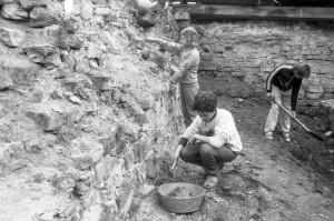 Latviešu izcelsmes bērni no Krievijas arheoloģiskajos izrakumos Turaidā 1991. gada jūnijā. Foto no Turaidas muzejrezervāta krājuma