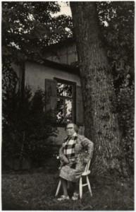 Paula Baltābola 80 gadu dzīves jubilejā savas mājas dārzā Siguldā, Dārza ielā 1971. gada 28. augustā